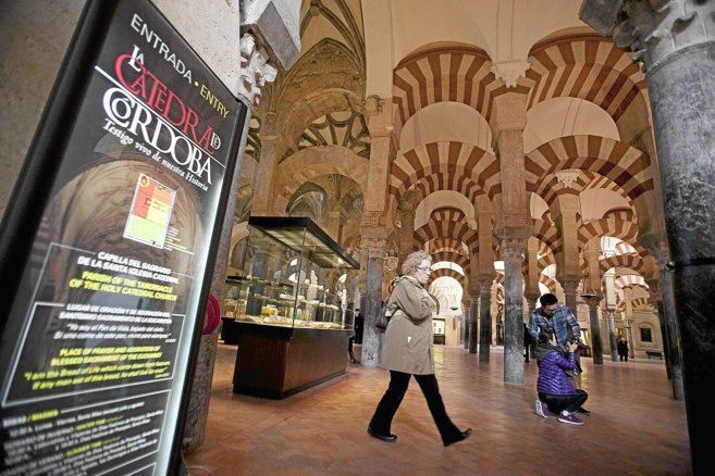 Un cartel señala la entrada a la Mezquita de Córdoba.