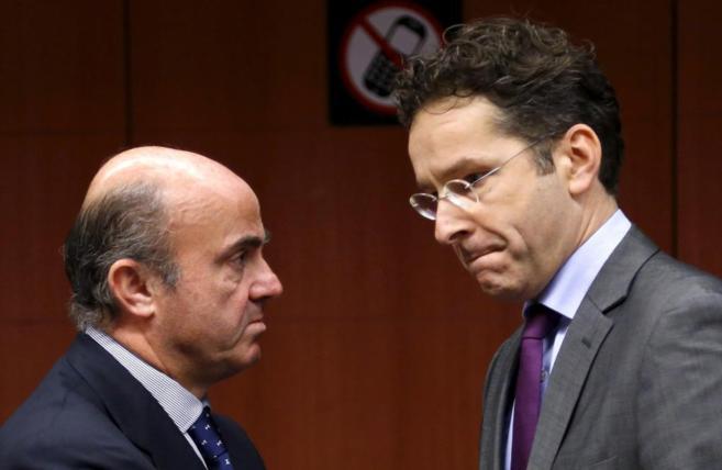 El ministro de Economía, Luis de Guindos, con el actual presidente...