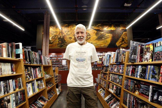 Alejo Cuervo, retratado en Gigamesh, su librería, que cumple 30...