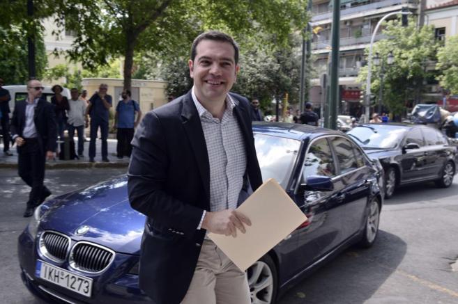 Alexis Tsipras, primer ministro griego, en Atenas con un sobre en la...