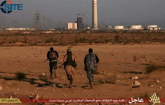 Imagen de SITE Intelligence Group que muestra a tres combatientes del...