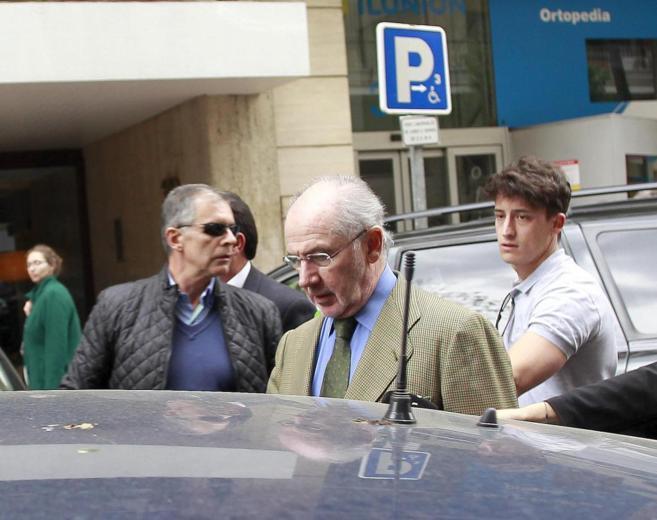 El ex presidente de Bankia, Rodrigo Rato, tras el registro de su...
