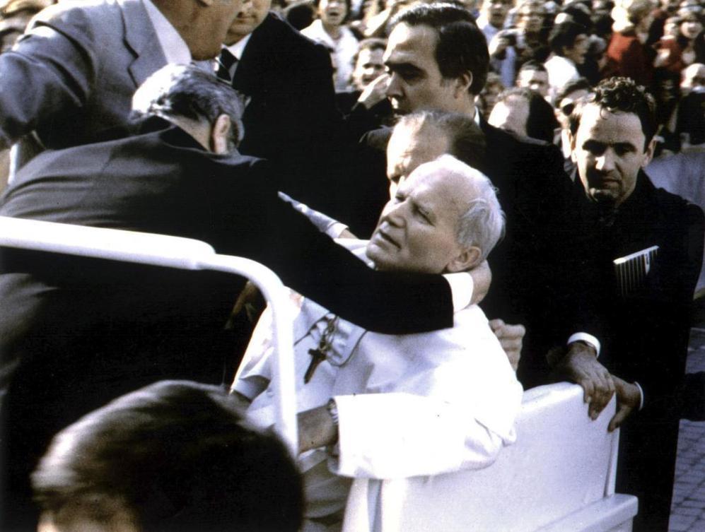 El jefe de seguridad abraza al Papa Juan Pablo II después de recibir...