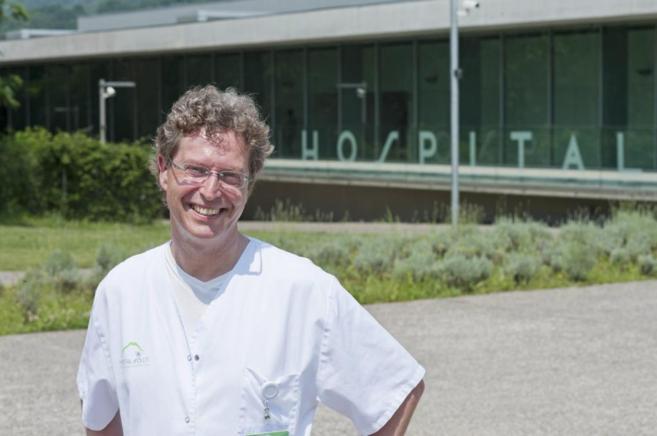 El médico Stephan Scheneider frente al hospital de Olot.