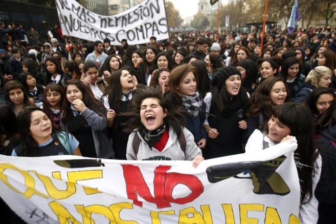 Estudiantes chilenos protestan por la gratuidad de la educación...