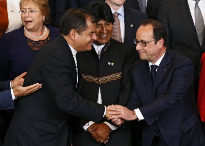 Correa saluda a Hollande en presencia de Evo Morales.