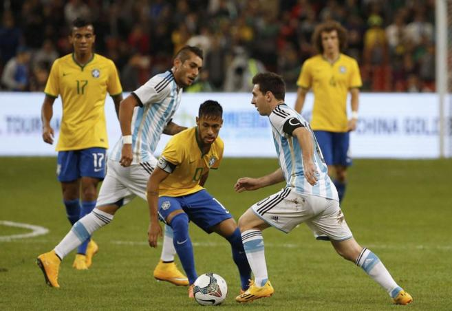 Messi disputa un balón a Neymar Jr. en un partido disputado en...