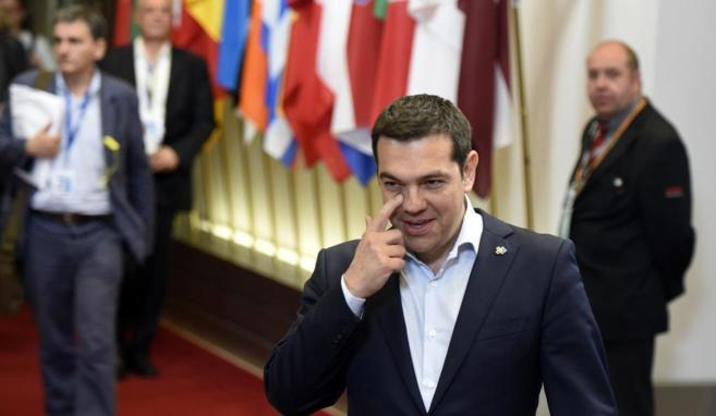 Tsipras posa tras la reunión mantenida con Merkel y Hollande el...