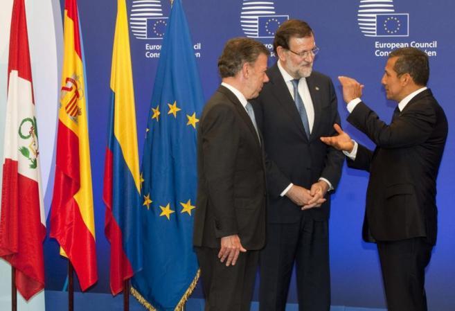 Juan Manuel Santos, Mariano Rajoy y Ollanta Humala, dialogando durante...