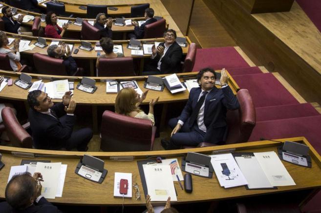 Colomer, saluda ante los aplausos, en las Cortes Valencianas.