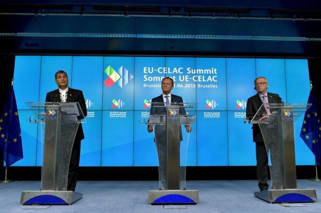 El presidente de Ecuador, Rafael Correa (izda), en junto a Donald Tusk...