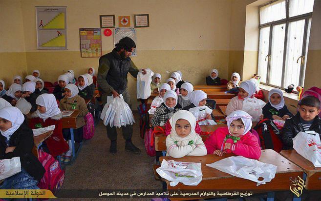 Niñas en una escuela de la ciudad de Mosul, en una imagen difundida...