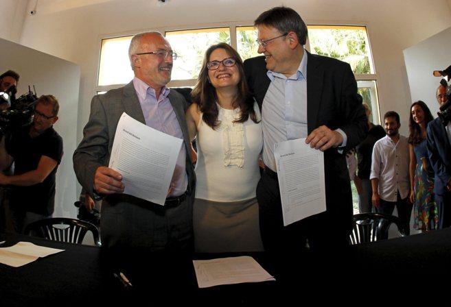 Antonio Montiel y Ximo Puig abrazan a Mònica Oltra tras la firma del...