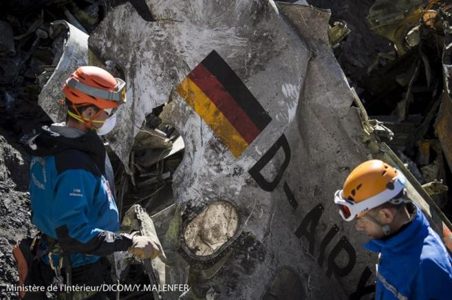 Gendarmes franceses trabajan en la recogida de los retos del avión...