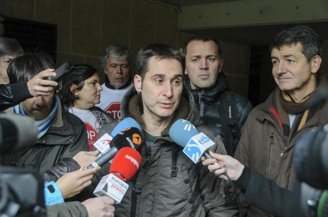 El parlamentario vasco Iker Casanova atiende a los medios, el pasado...