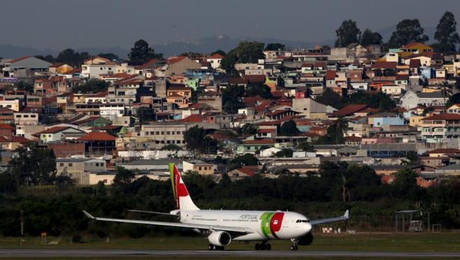 Un avión de la aerolínea portuguesa TAP, en el aeropuerto de Sao...