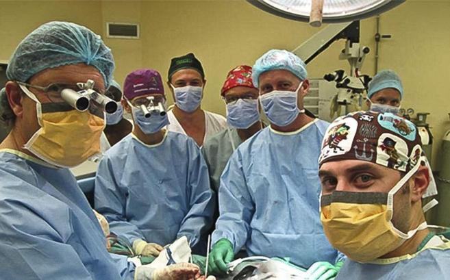 El equipo médico que realizó la intervención, que se prolongó...