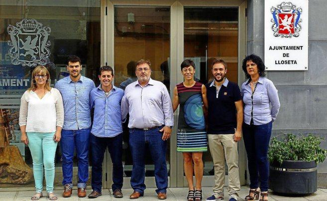 Los dirigentes del PI y del PSOE tras suscribir el pacto de gobierno...