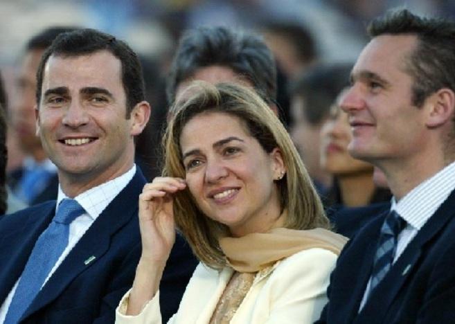 El entonces Príncipe Felipe, junto a los Duques de Palma, en la...