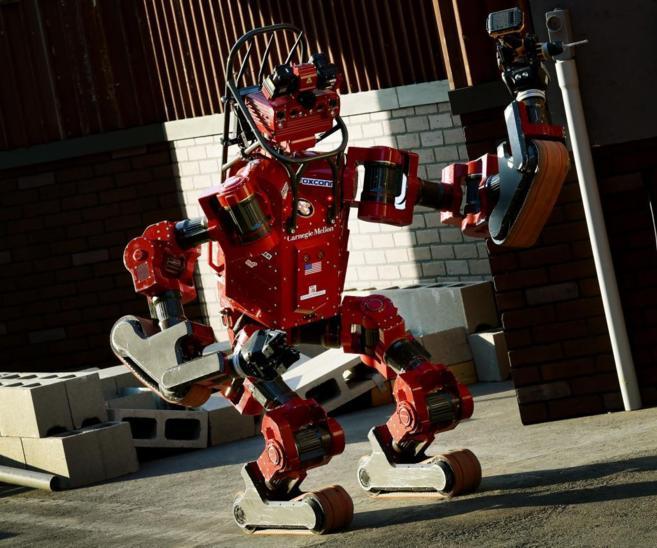 Un robot de rescate participa en un concurso sobre operaciones de...