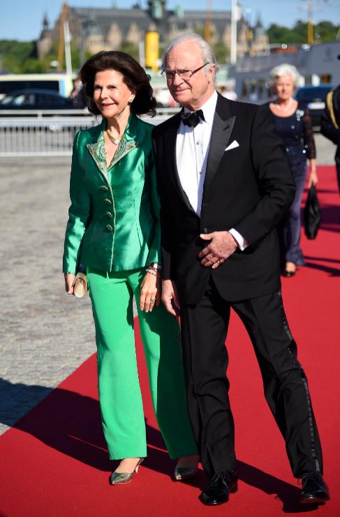 Los Reyes de Suecia, anfitriones de la ceremonia, a su llegada a la...