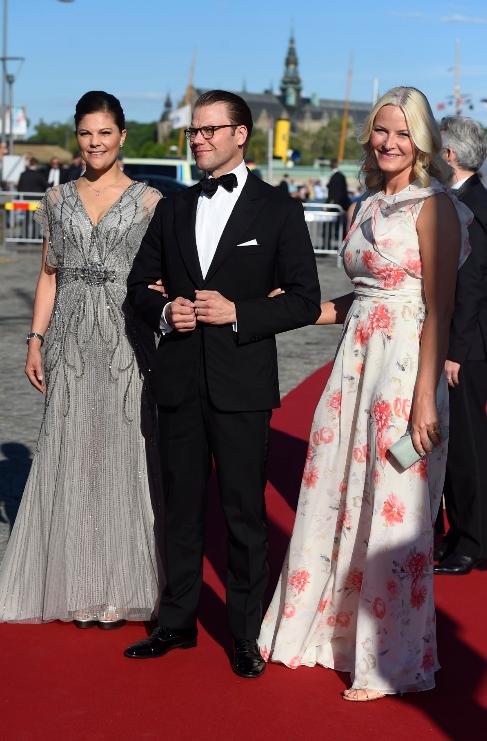 El príncipe Daniel de Suecia, muy bien acompañado de su esposa...