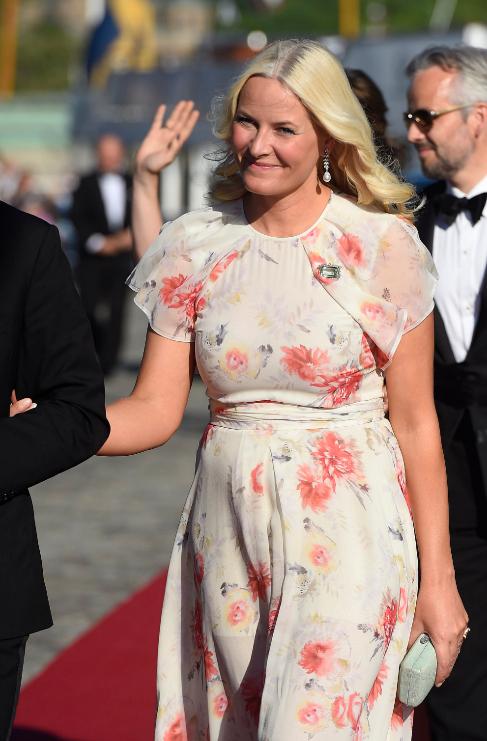 Una sonriente y muy primaveral princesa Mette-Marit de Noruega.