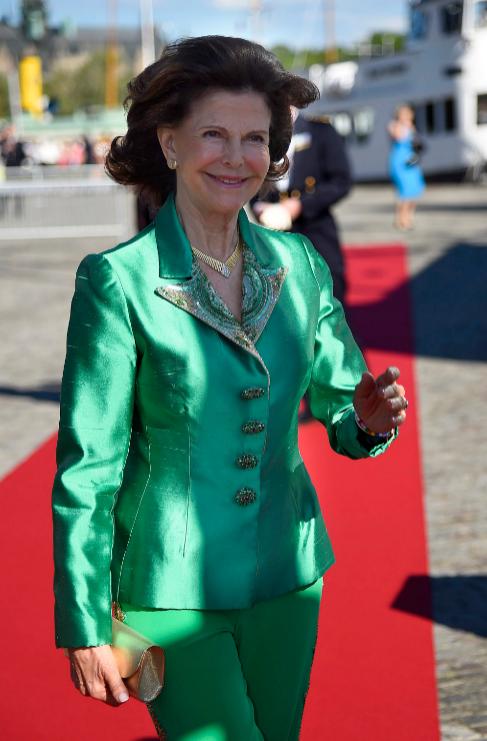 A la reina Silvia de Suecia, con un dos piezas verde esmeralda, se le...