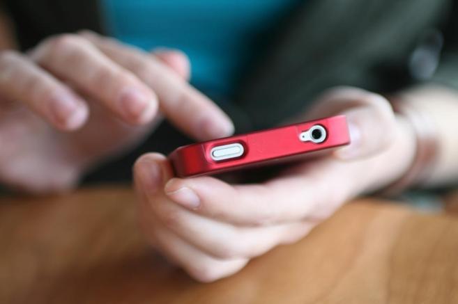 Un usuario realiza una compra a través de su 'smartphone'.