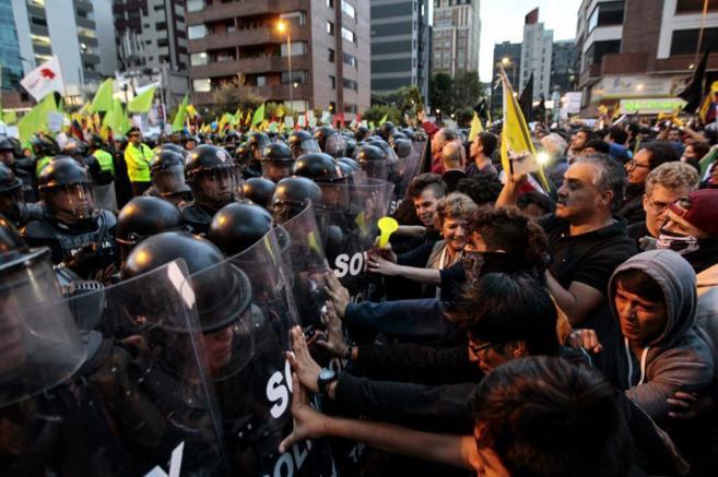 Manifestantes empujan una barrera policial durante una protesta el...