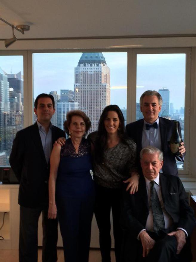 De izq. a dcha.: Gonzalo Vargas Llosa (hijo), Patricia Llosa Urquidi...