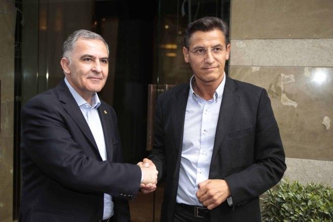 Luis Salvador (dcha) estrecha la mano del secretario general del PP en...