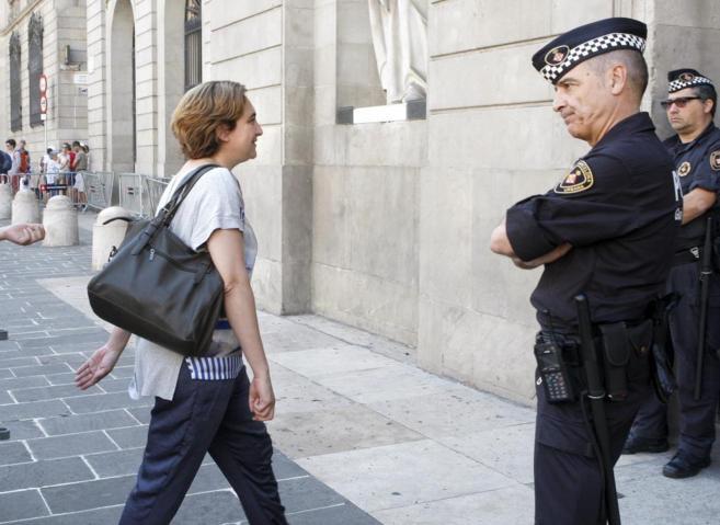 Colau entrando en el Ayuntamiento de Barcelona.