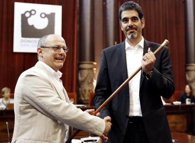 Eneko Goia recoge la Makila de manos de su predecesor, Juan Carlos...