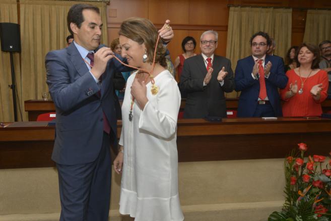 El ex alcalde Nieto coloca la medalla de alcaldesa a la nueva...