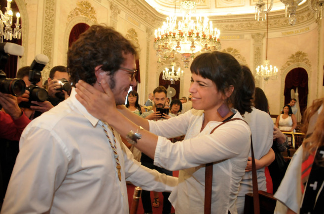 José María González recibe el saludo de Teresa Rodríguez, su...
