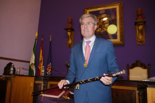 Fernández de Moya, posa, tras su reelección como  alcalde de Jaén...