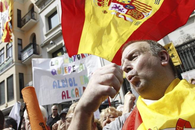 Simpatizantes de Albiol protestan con banderas españolas ante el...