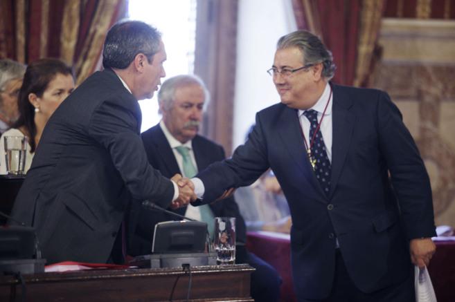 Juan Espadas, felicitado por el alcalde saliente, Juan Ignacio Zoido,...