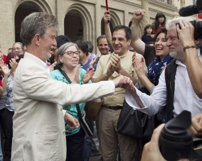 Pedro Santisteve saluda a sus simpatizantes tras ser elegido alcalde.