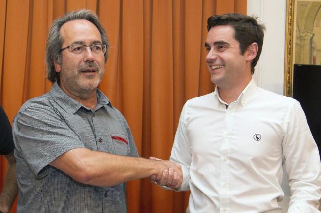 Francisco Guarido (i) y el concejal del PSOE Antidio Fagundez el...