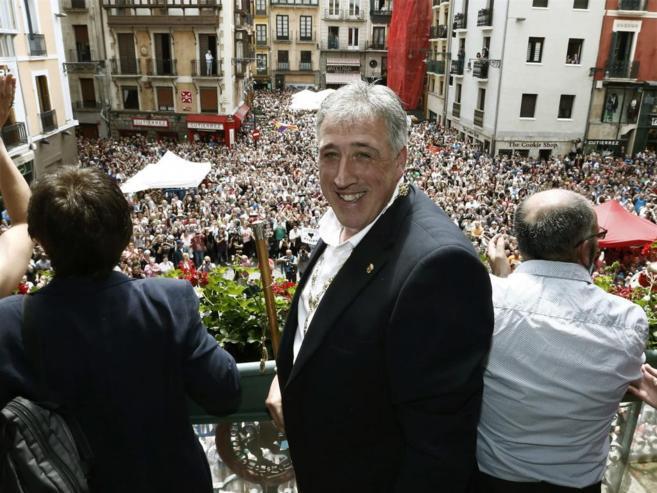 Joseba Asirón en el balcón del Ayuntamiento donde ha ofrecido la...