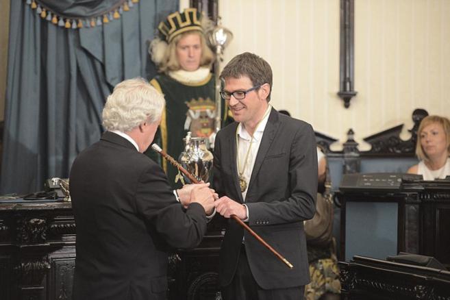 Gorka Urtaran recibe el bastón de mando en la alcaldía de Vitoria.