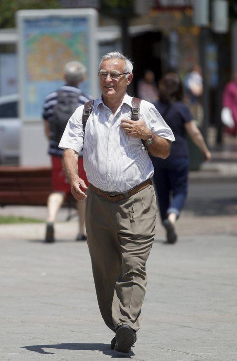 Joan Ribó, mochila al hombro, camino del Ayuntamiento de Valencia...