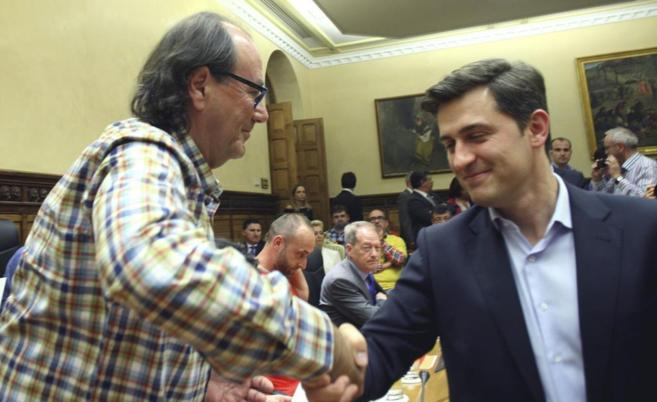 Suárez del Fueyo estrecha la mano de Pérez.