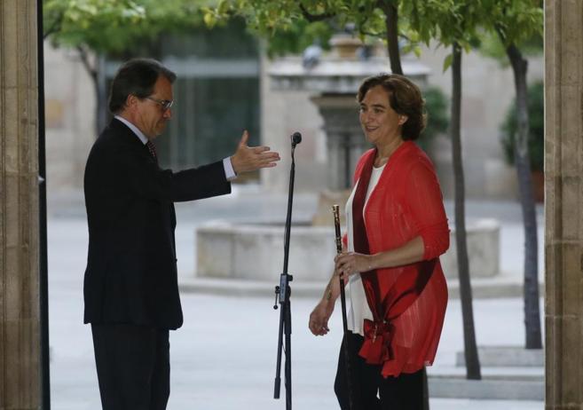 Artur Mas recibe  a Colau tras ser elegida alcaldesa de Barcelona.