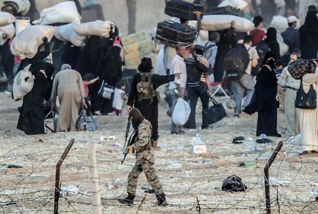 Miembros del IS hacen retroceder a los refugiados sirios que...