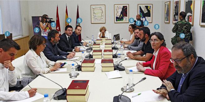 Manuela Carmena, al fondo, presidente la Junta de Gobierno tras la...