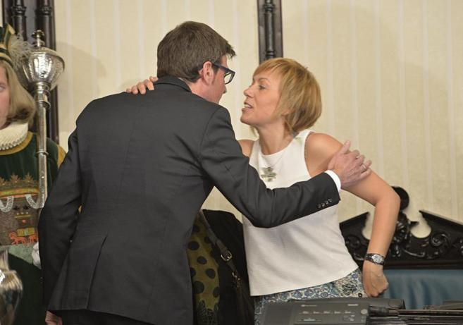 Gorka Urtaran recibe la felicitación de Miren Larrion nada más...