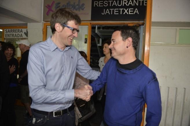 Gorka Urtaran se saluda con Hasier Arraiz, hoy en el Araba Euskaraz.